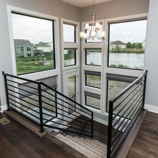 На фото: большая п-образная лестница в современном стиле с ступенями с ковровым покрытием, ковровыми подступенками и металлическими перилами с