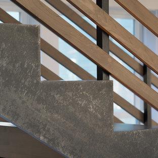 Foto på en stor funkis rak trappa i trä, med öppna sättsteg och räcke i trä