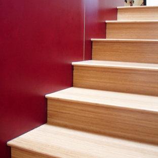 Diseño de escalera recta, minimalista, pequeña, con escalones de madera y contrahuellas de madera
