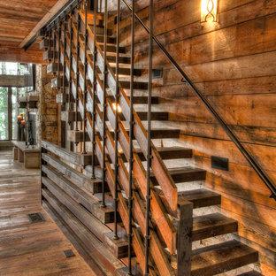 Exempel på en rustik rak trappa i trä, med öppna sättsteg och räcke i flera material
