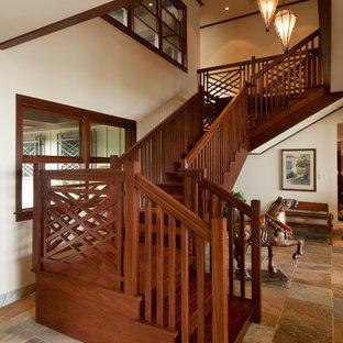 Foto de escalera en U, exótica, con escalones de madera y contrahuellas de madera