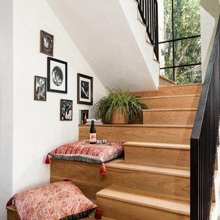 Modelo de escalera en U, bohemia, con escalones de madera, contrahuellas de madera y barandilla de metal