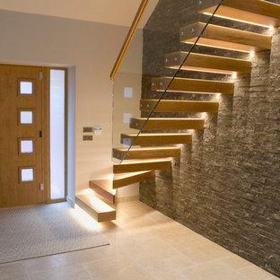 Foto de escalera suspendida, contemporánea, grande, sin contrahuella, con escalones de madera y barandilla de vidrio