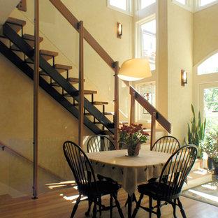 Ejemplo de escalera en L, contemporánea, de tamaño medio, sin contrahuella, con escalones de madera