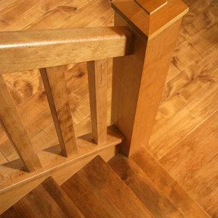 Modelo de escalera recta, clásica, de tamaño medio, con escalones de madera y contrahuellas de madera