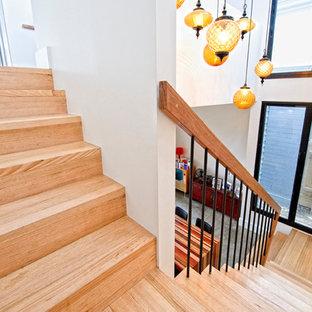 Imagen de escalera recta, actual, de tamaño medio, con escalones de madera y contrahuellas de madera