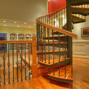 Modelo de escalera curva con escalones de madera, contrahuellas de metal y barandilla de madera