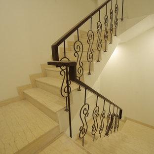 デリーのモダンスタイルのおしゃれな階段の写真