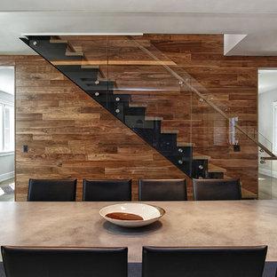 Inspiration för en mellanstor funkis rak trappa i trä, med sättsteg i metall och räcke i metall