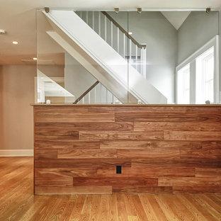 Imagen de escalera en L, moderna, de tamaño medio, con escalones de madera, contrahuellas de madera y barandilla de madera