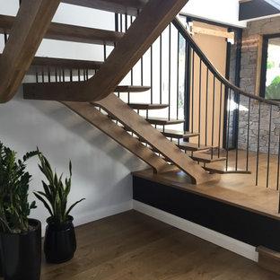 Diseño de escalera en L y boiserie, vintage, grande, sin contrahuella, con escalones de madera, barandilla de metal y boiserie