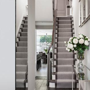 Стильный дизайн: маленькая угловая лестница в современном стиле с крашенными деревянными ступенями и крашенными деревянными подступенками - последний тренд