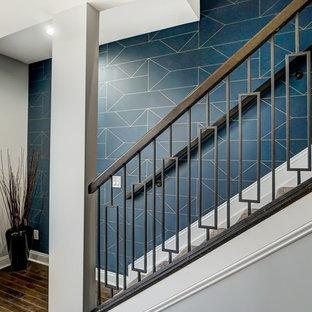 シンシナティの中くらいのカーペット敷きのトランジショナルスタイルのおしゃれな直階段 (カーペット張りの蹴込み板、混合材の手すり) の写真