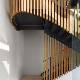 Foto på en funkis u-trappa, med räcke i metall