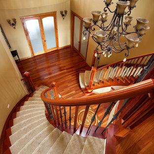 Ejemplo de escalera curva, tradicional, con escalones enmoquetados y contrahuellas enmoquetadas