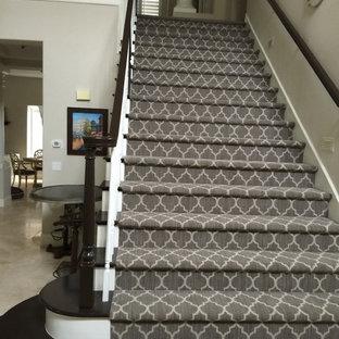 Diseño de escalera recta, romántica, grande, con escalones de madera, contrahuellas de madera pintada y barandilla de madera