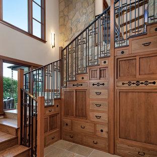 Новый формат декора квартиры: п-образная лестница среднего размера в восточном стиле с деревянными ступенями и деревянными подступенками