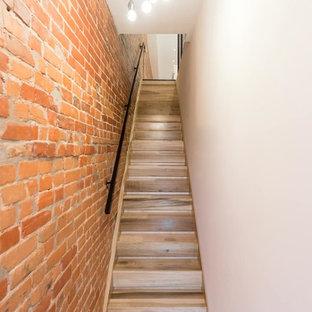 Modelo de escalera recta, nórdica, pequeña, con escalones de madera y contrahuellas de madera