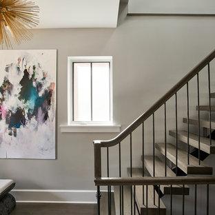 Diseño de escalera suspendida, clásica renovada, de tamaño medio, sin contrahuella, con escalones de madera y barandilla de metal