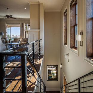 Imagen de escalera recta, tradicional renovada, grande, con escalones de madera, contrahuellas de madera y barandilla de metal
