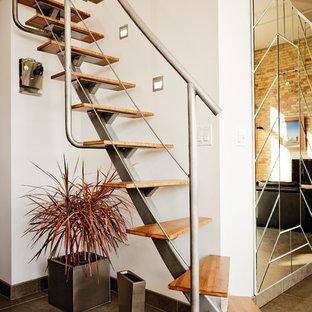 На фото: прямая лестница в стиле лофт с деревянными ступенями без подступенок с