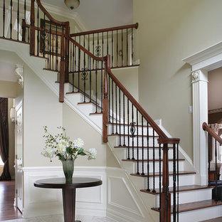 Ispirazione per una scala classica con pedata in legno e alzata in legno verniciato