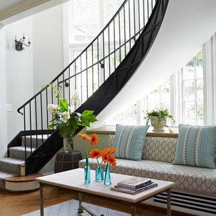 Diseño de escalera curva, tradicional renovada, grande, con escalones de madera y contrahuellas de madera pintada