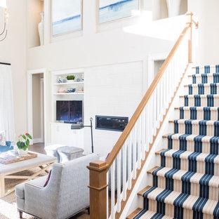 Diseño de escalera en U, campestre, grande, con escalones de madera, contrahuellas de madera pintada y barandilla de madera