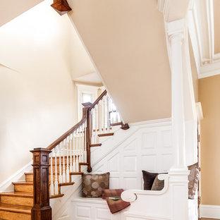 Modelo de escalera clásica con escalones de madera y contrahuellas de madera