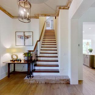 Diseño de escalera recta, campestre, de tamaño medio, con escalones de madera, contrahuellas de madera y barandilla de varios materiales