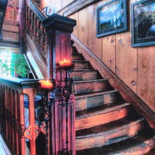 トロントのサンタフェスタイルのおしゃれな階段の写真