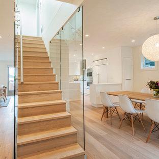 Idéer för att renovera en stor funkis rak trappa i trä, med sättsteg i trä