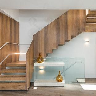Diseño de escalera suspendida, contemporánea, de tamaño medio, sin contrahuella, con escalones de madera y barandilla de madera