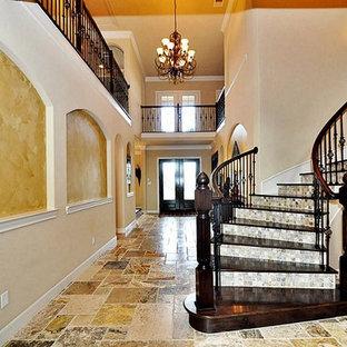 ジャクソンビルの地中海スタイルのおしゃれな階段の写真
