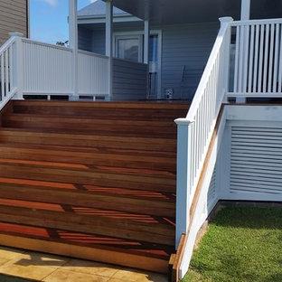 Modelo de escalera recta, campestre, grande, con escalones de madera, contrahuellas de madera y barandilla de varios materiales