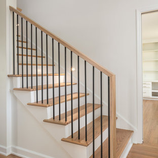 Idéer för att renovera en mellanstor funkis rak trappa i trä, med sättsteg i målat trä och räcke i metall