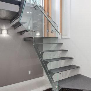 Modelo de escalera en U, actual, de tamaño medio, sin contrahuella, con escalones de metal y barandilla de vidrio