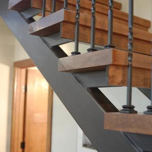 Imagen de escalera suspendida, de estilo americano, de tamaño medio, sin contrahuella, con escalones de madera