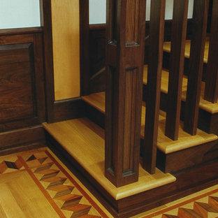 ニューヨークの中サイズの木のトラディショナルスタイルのおしゃれな直階段 (フローリングの蹴込み板、木材の手すり) の写真