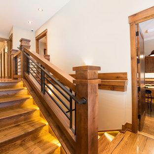 Ispirazione per un'ampia scala a rampa dritta american style con pedata in legno e alzata in legno