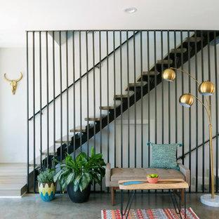 Diseño de escalera recta, retro, de tamaño medio, sin contrahuella, con escalones de madera