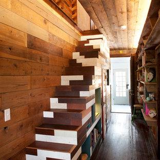 Ejemplo de escalera recta, bohemia, pequeña, con escalones de madera y contrahuellas de madera pintada
