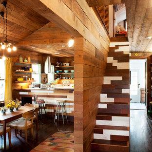 Imagen de escalera bohemia, pequeña, con escalones de madera y contrahuellas de madera