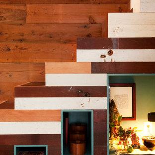 Foto de escalera recta, bohemia, pequeña, con escalones de madera y contrahuellas de madera pintada