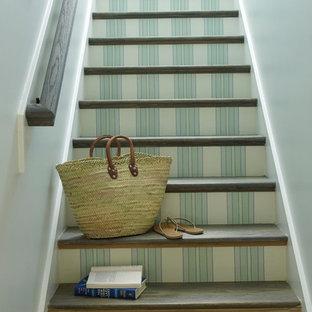 Idee per una scala a rampa dritta stile marino con pedata in legno e alzata in legno verniciato