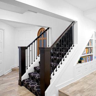 Ispirazione per una grande scala a rampa dritta minimalista con pedata in moquette, alzata in moquette e parapetto in legno