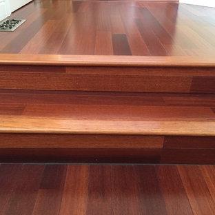 Foto de escalera recta, tradicional, extra grande, con escalones de madera y contrahuellas de madera