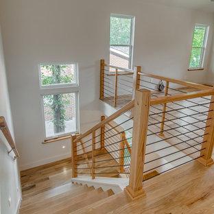 Стильный дизайн: п-образная лестница среднего размера в стиле модернизм с деревянными ступенями и деревянными подступенками - последний тренд