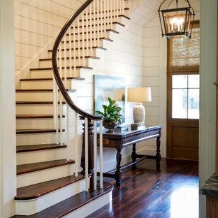 Modelo de escalera curva y machihembrado, tradicional, de tamaño medio, con escalones de madera, contrahuellas de madera, barandilla de madera y machihembrado