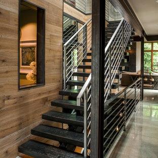 Große, Gerade Moderne Holztreppe mit Stahlgeländer und offenen Setzstufen in Seattle